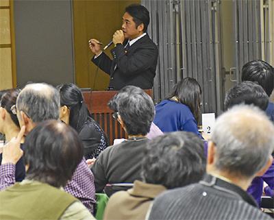 認知症について解説する尾崎医師