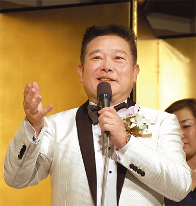 祝賀会であいさつする鈴木氏