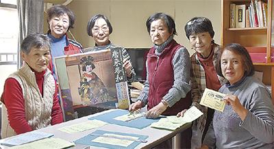 発足後初めて鑑賞した作品ポスターを手にする会員たち