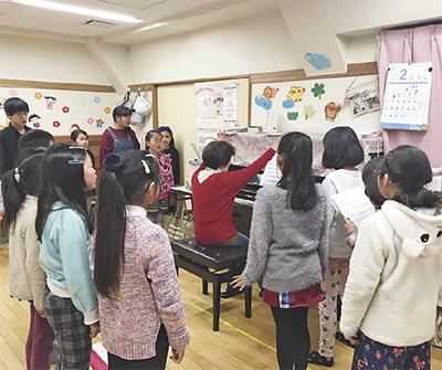 虹の子保育園で練習する「えびな少年少女合唱団」