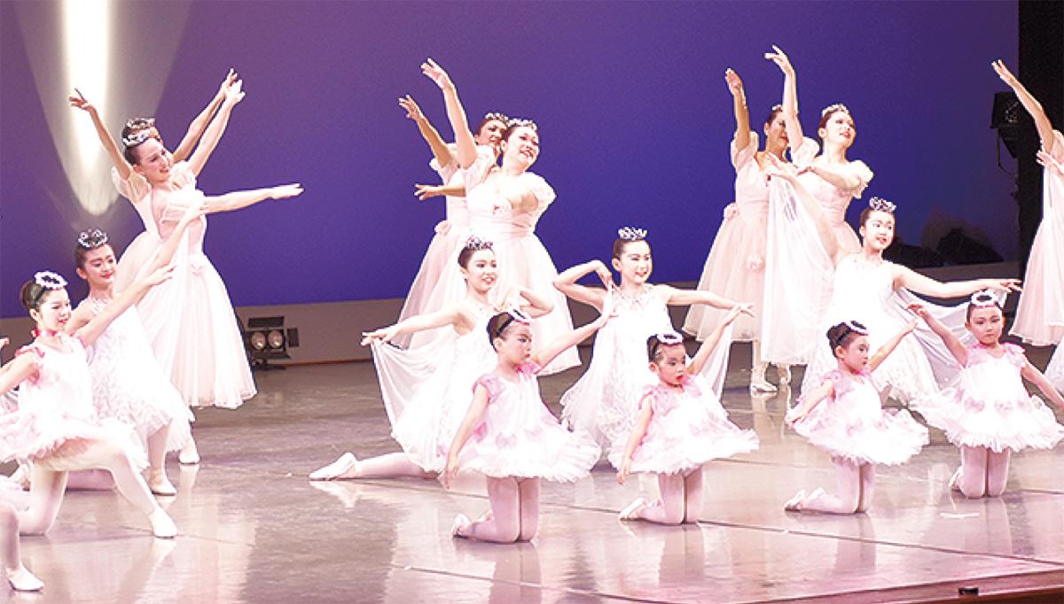 文化会館では舞踊などが披露された