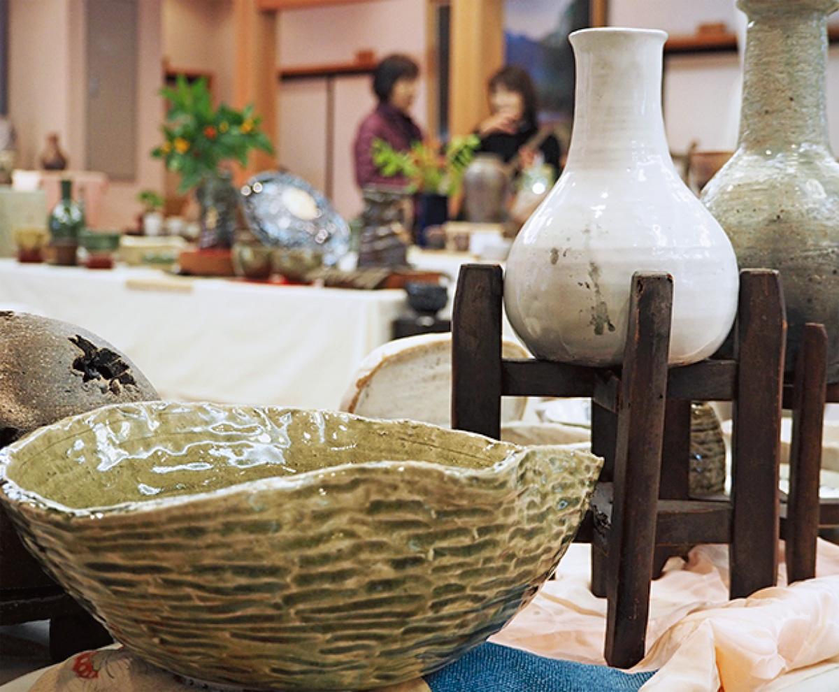 紅葉の龍峰寺で「やきもの展」
