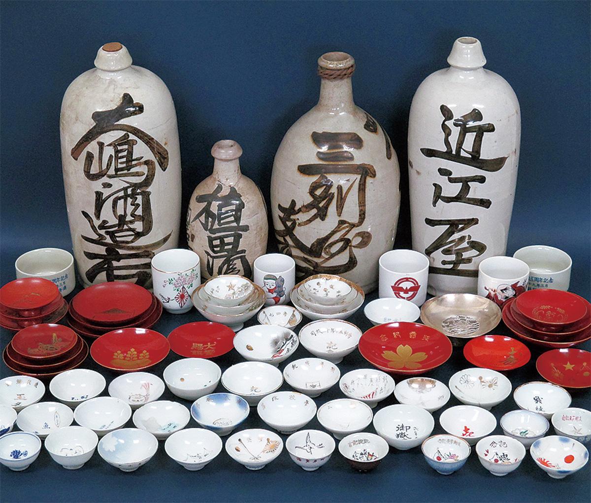 明治から昭和の酒器が展示される(市提供)