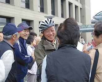 出迎えた友人たちと熱い握手をかわす土門さん。拍手で迎えられた
