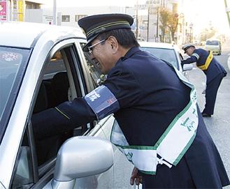 花本座間警察署長もキャンペーンに参加した