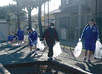 中学生80人が参加し、ゴミ拾いを行った