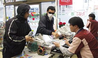 強盗犯に対処するコンビニ店員
