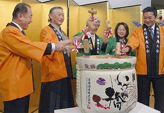 左から、鏡開きする遠藤市長、大塚会長、渡慶次会長、小野議長、山本県議