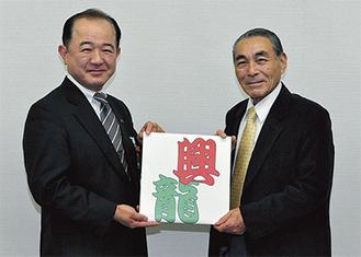 ミニ凧を持つ鹿野会長(右)と遠藤市長