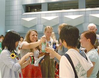 オープニングセレモニーで喜びの乾杯をする両市の学生