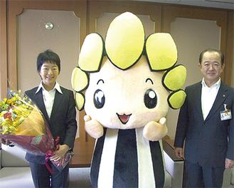 遠藤市長と座間のマスコット「ざまりん」が、片山さんにエールを送った