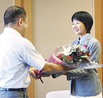 遠藤市長から花束が贈呈された