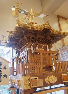 鈴鹿明神社の御輿を市内5団体が協力して担ぐ