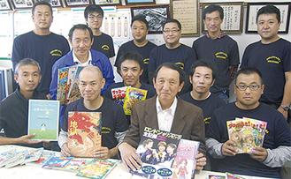 寄贈した「ひばり小おやじの会」のメンバーと八木校長(前列右から2番目)