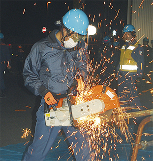 エンジンカッターで鉄パイプを焼き切る訓練