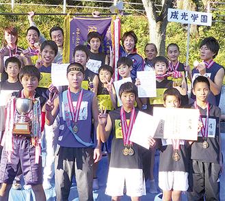 優勝を喜ぶ学園の子どもたちと職員