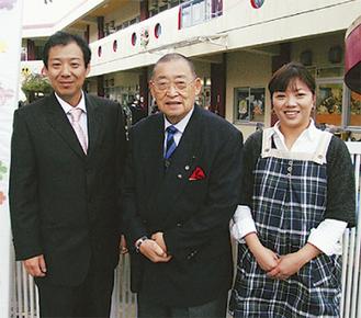 中島バザー委員長(右)と小多喜園長(中央)。丘さんも特別出演した
