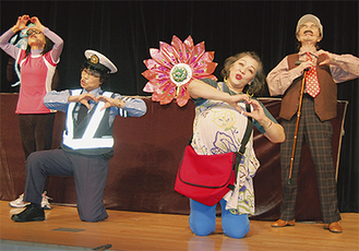 市内の学校などで公演を行ってきたメンバー