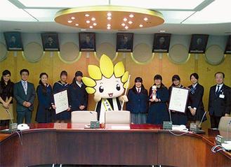 遠藤市長とざまりんから激励を受けた隊員