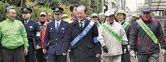 遠藤市長(中央)や渡辺会長(左)も参加した