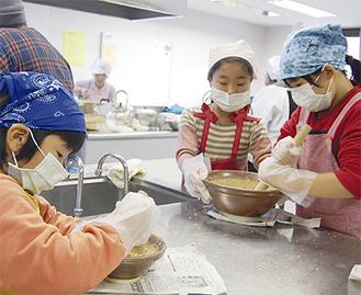 子どもたちも一生懸命すり鉢を使い作業していた
