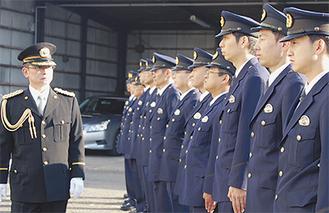 陶山署長(左)の前で直立する署員