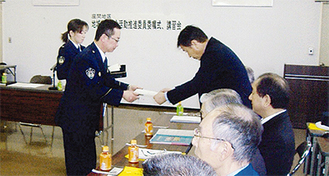 陶山署長(左)から辞令が手渡された