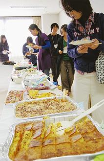 世界各地の料理を楽しむ参加者たち