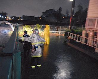 小松原の道路はひざ下まで浸水した※読者より写真提供