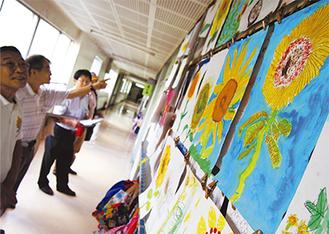 全校に飾られたひまわりの絵は約650点。審査員は各教室をまわり、じっくりと絵を見つめていた