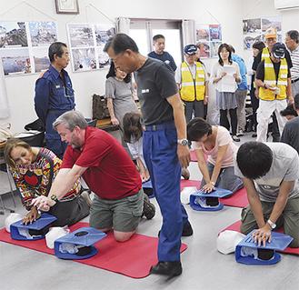 消防署員の指導を受け、心肺蘇生法に挑戦