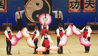 中国語クラスは中国の伝統舞踊を披露した