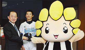 16日に遠藤市長を表敬訪問した鵜沢君。ざまりんもエールを贈った