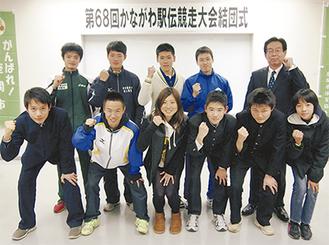 赤羽監督(後列右)と松吉主将(後列右から2番目)が「目標は5位」と力強く語った