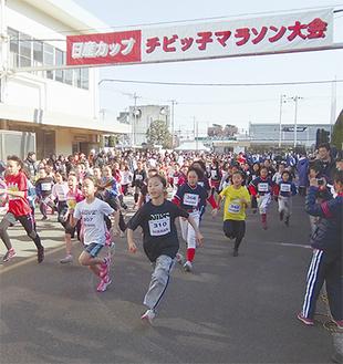 勢いよく走る参加者たち