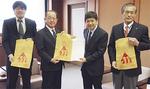 石村会長(中央右)が、市長に手渡した