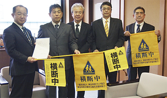 金谷会長ら(写真右)が訪れ、遠藤市長(左)に旗を寄贈した