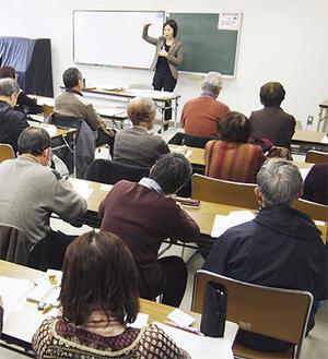 13日は行政書士が講師を務め、エンディングノートを説明した