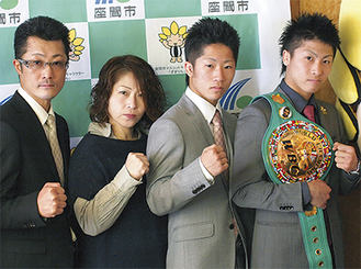 井上尚弥選手(右)は、父・真吾さん、母・美穂さん、弟・拓真選手と支え合い、実績を残してきた。写真は、16日の表敬訪問