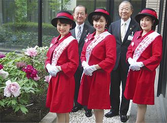 遠藤さん(左)、樽川さん(中央)、野島さんの3人が、遠藤市長(後列左)と小俣副市長を表敬訪問した