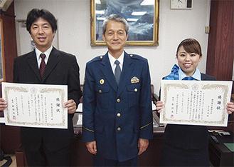 倉持署長(中央)から、窓口で対応した五十嵐さん(右)と横浜銀行座間支店の伊賀上支店長に感謝状が手渡された