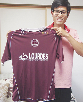 アルゼンチンの強豪クラブ「ラヌース」のユニフォームを持つ吉川さん
