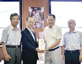 目録を手にする遠藤市長(中央左)と木村会長(同右)