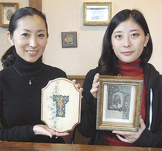 隆代さん(左)と菜月さん。それぞれの力作が、カフェの壁に並ぶ