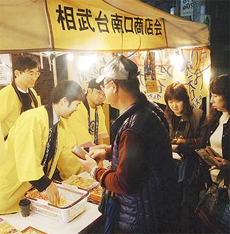 本部前のテントには、チケットを買い求める人々が並んだ