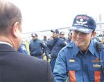 遠藤市長(左)と固い握手を交わす段谷分団長