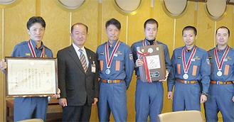 遠藤市長(左から2番目)に、快挙を報告した選手たち