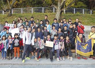 2年ぶりの優勝を喜ぶ子ども達。優勝旗を再び手にした※写真提供/成光学園