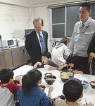 遠藤市長(中央)も子どもの食べっぷりを見学