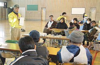 講座参加者に呼びかける濱田代表(左)